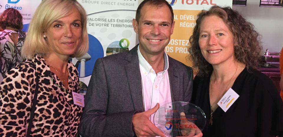 Remise de trophée à Mr. Gloriant, repreneur de la société STDU, en présence de Mme. Ricard, Conseillère en Ingénierie Financière à la CCI de Toulouse, partenaire de TDR.