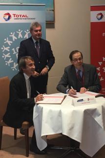 Philippe Sauquet et Louis Schweitzer signent la convention, accompagnés de François Souchet